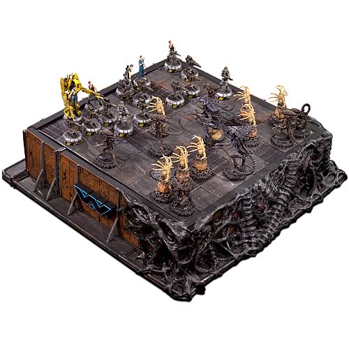 ALIENS Deluxe Painted Pewter Chess Set