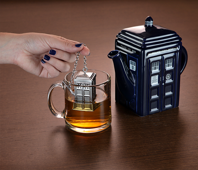 15eb_doctor_who_tardis_tea_infuser_in_use
